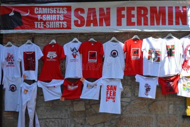 圣费尔明节日商品和服装待售在Pamplon 图库摄影
