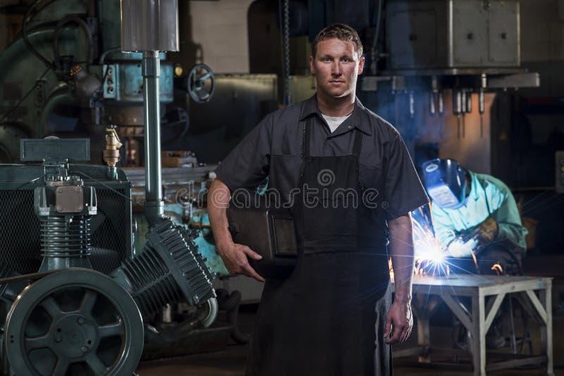 圣路易斯,密苏里,美国大约公焊工2015画象有面具的在制造工厂和人焊接 库存图片