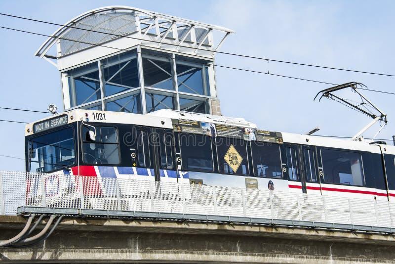 圣路易斯,密苏里,美国-大约2016年- Metrolink通勤者在驻地圣路易斯密苏里的旅客列车 免版税库存图片