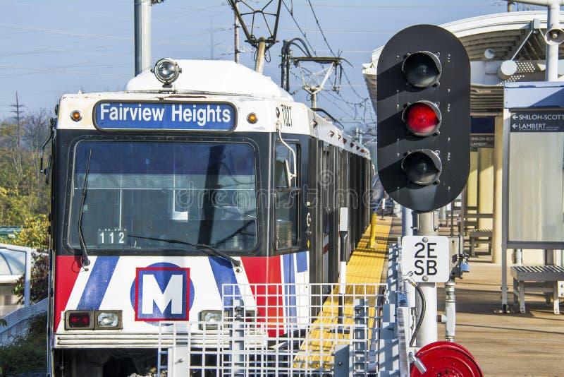 圣路易斯,密苏里,美国-大约2016年- Metrolink通勤者在Shrewsberry驻地的旅客列车 库存图片