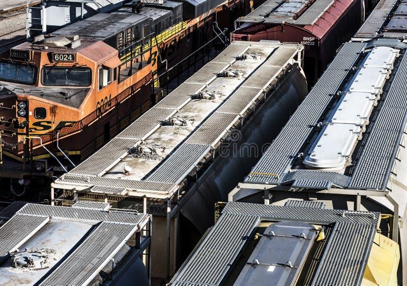 圣路易斯,密苏里,被团结状态大约列车车箱2018多条线在trainyard的火车轨道,被盖的跳跃者排队了, 图库摄影