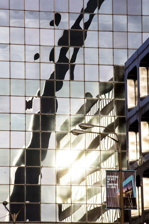 圣路易斯,密苏里,被团结状态大约2014门户曲拱在玻璃高层办公大楼街市反射了 免版税库存照片