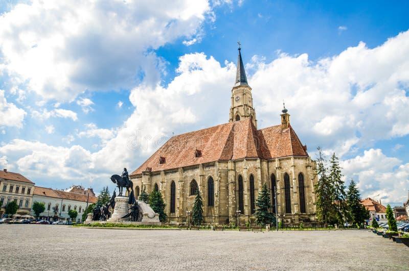 圣迈克尔教会和Unirii广场在科鲁Napoca 库存照片