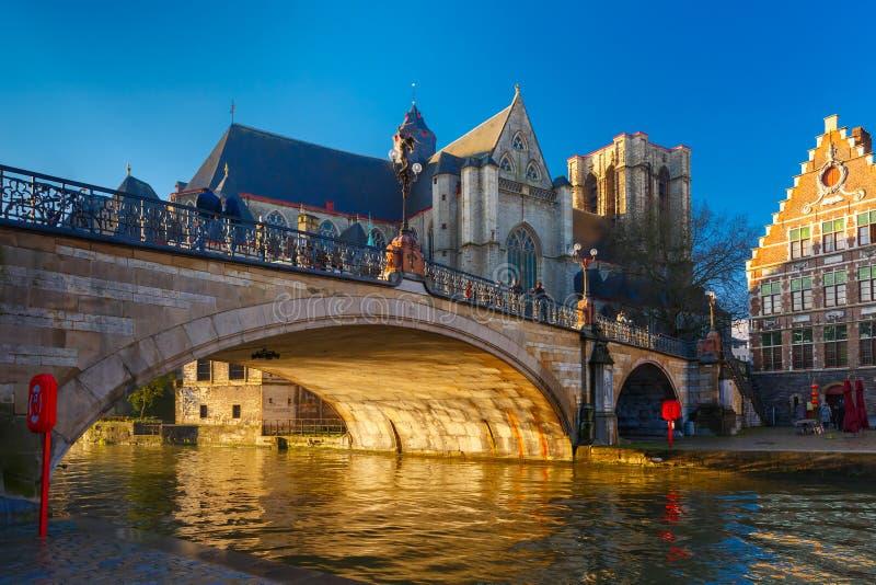 圣迈克尔桥梁和教会日出的在跟特,比利时 库存照片