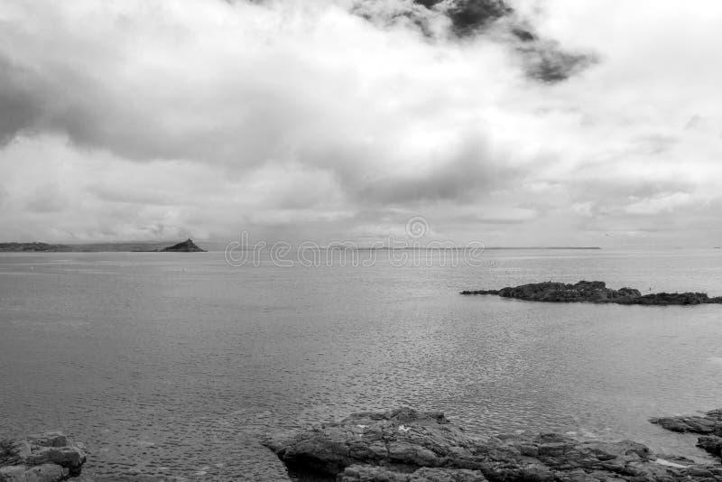 圣迈克尔的登上,从彭赞斯,黑白的 r 图库摄影