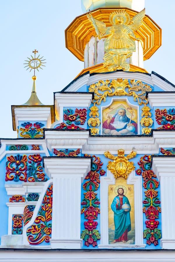 圣迈克尔的金黄半球形的修道院,经典之作攀爬,大教堂,乌克兰的大教堂圆屋顶的金黄圆屋顶 免版税图库摄影