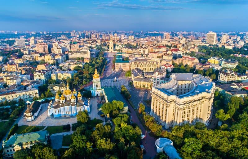 圣迈克尔金黄半球形的修道院、外交部和圣徒索菲娅大教堂鸟瞰图在基辅 免版税库存照片
