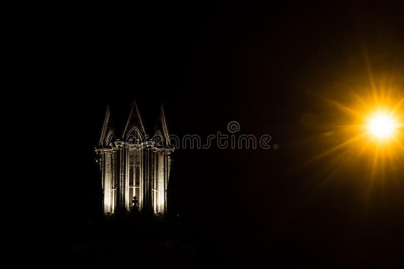 圣迈克尔& x27尖顶; 没有教会的s在巴恩,在晚上 图库摄影