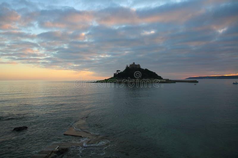 圣迈克尔` s登上城堡走道到海岛,有日落的在康沃尔郡 库存图片