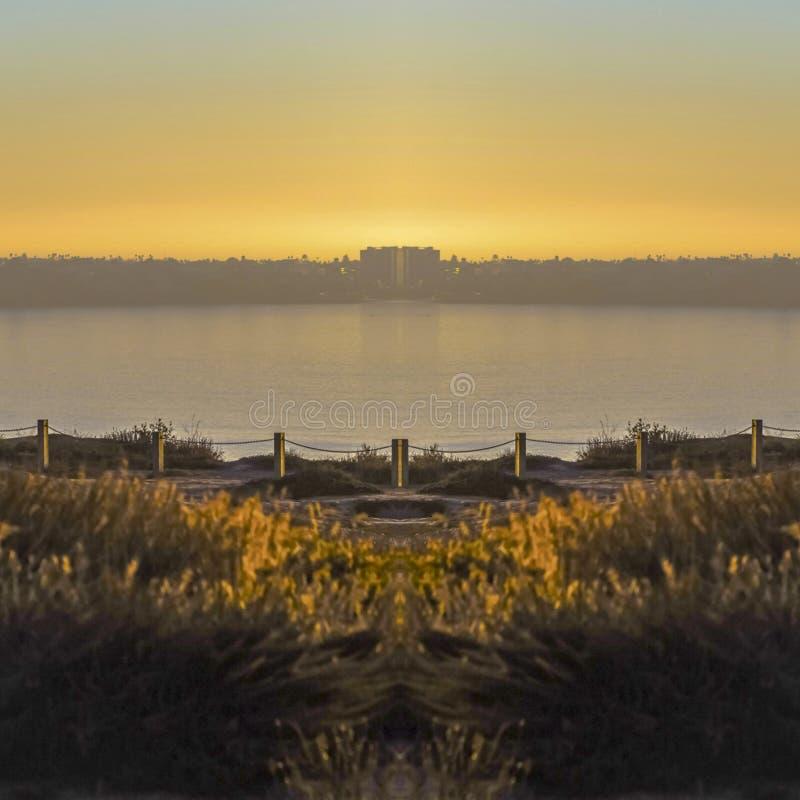 圣迭戈的黑海滩镇静岸在日落的在一个晴天 免版税库存照片