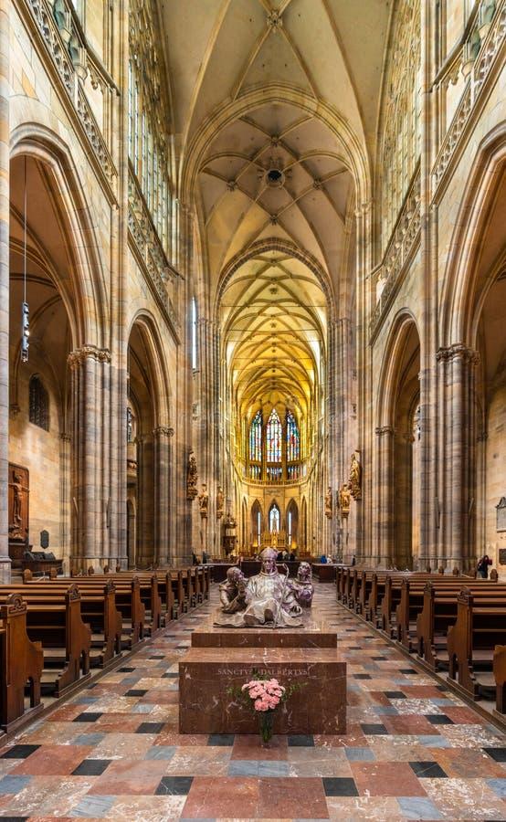 圣阿达兰雕象在圣维塔斯大教堂里面的 免版税库存照片