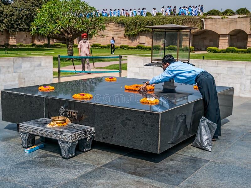 圣雄甘地拉杰Ghat,德里的钦佩者 库存照片