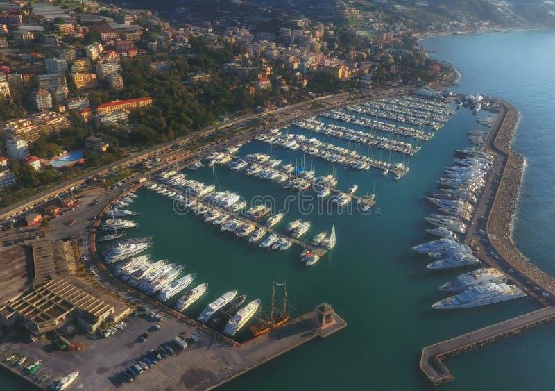圣雷莫意大利的小游艇船坞日落的 库存照片