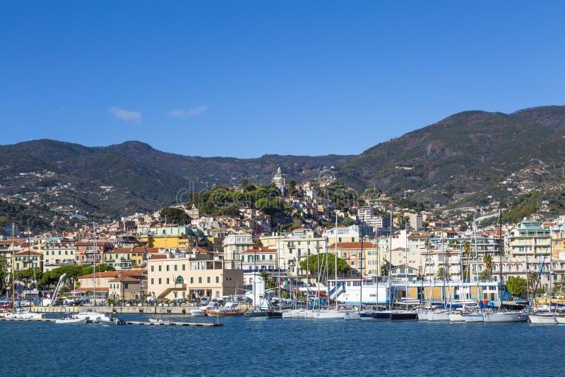 圣雷莫,意大利对圣雷莫La Pigna老镇的–2017年11月14日-从海的天视图有小船的和游艇和 图库摄影