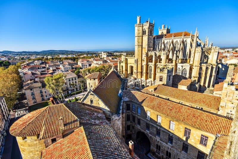 圣鞠斯特和圣徒巴斯蒂和纳莫纳历史大教堂市中心如被看见从市政厅的塔 Occitanie, 免版税图库摄影