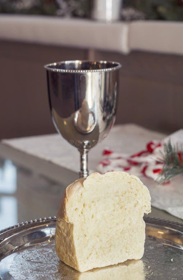 圣餐杯子和面包 图库摄影