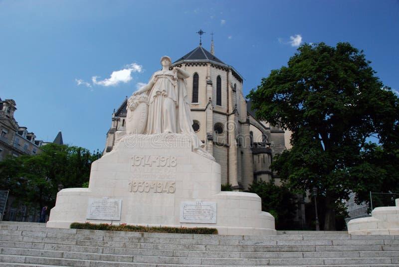 圣马丁教会和战争纪念建筑在波城 免版税库存照片