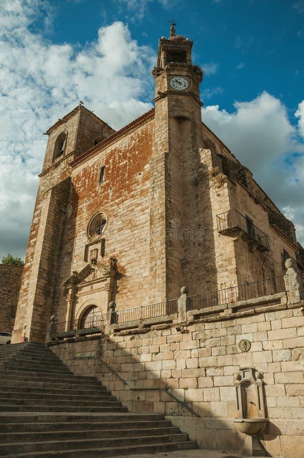 圣马丁省在特鲁希略角马约尔广场的教会和轰鸣声塔  库存照片