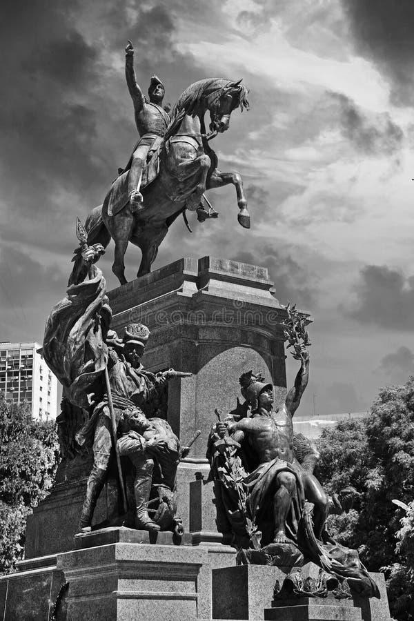圣马丁省雕象的垂直的单色看法在布宜诺斯艾利斯,阿根廷公园,反对剧烈的天空 免版税库存图片