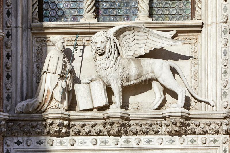 圣马克在威尼斯在阳光下飞过了狮子,白色石雕象 库存照片