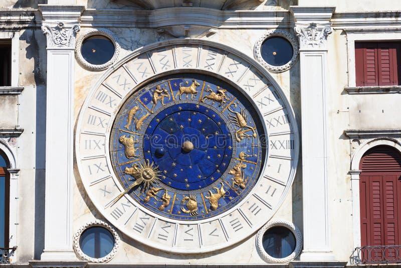 圣马克在Clocktower的` s时钟在圣马可广场 免版税图库摄影