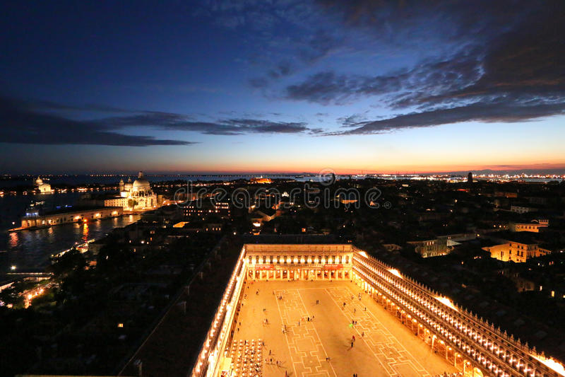 圣马克广场(圣马可广场)在晚上在威尼斯,意大利 免版税库存照片
