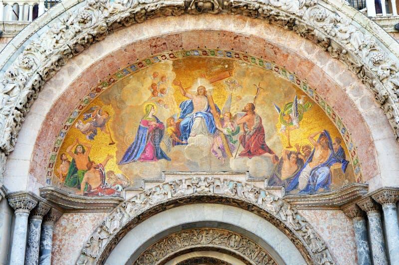圣马克教会,与耶稣基督有十字架的在中部,威尼斯,意大利夏天的宽容宗教绘画细节2016年 库存图片