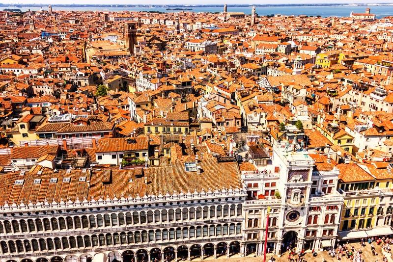 圣马克的和圣马可时钟塔国立图书馆在威尼斯,从钟楼的顶端看法 库存图片