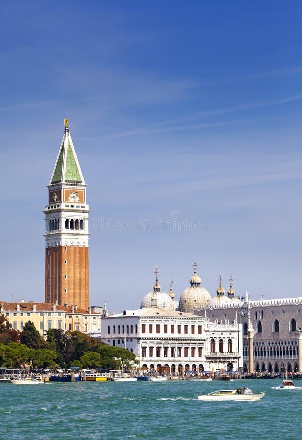 圣马克的大教堂和共和国总督的宫殿,威尼斯,意大利钟楼  库存照片