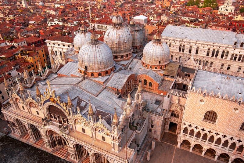 圣马克的大教堂和市屋顶,威尼斯,意大利 免版税库存照片