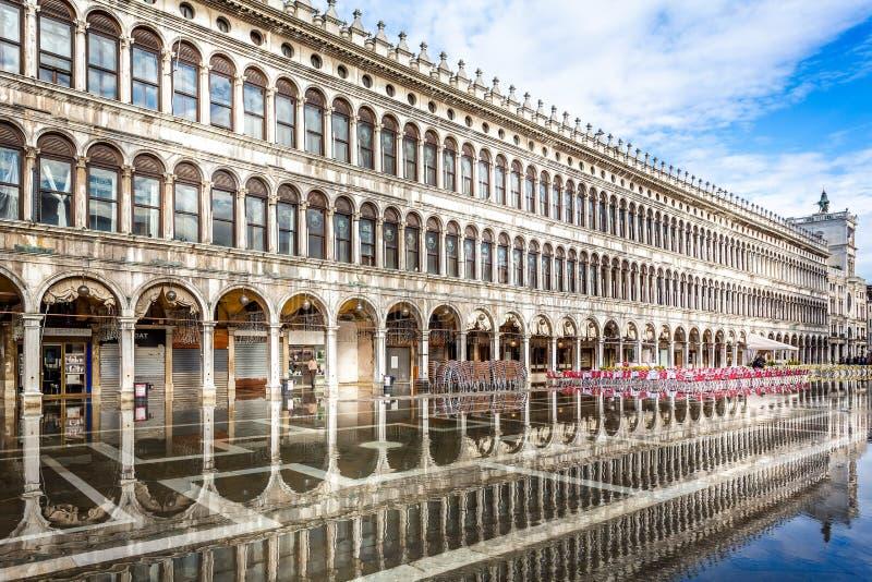 圣马克的广场充斥了与反射在威尼斯,意大利 免版税库存图片
