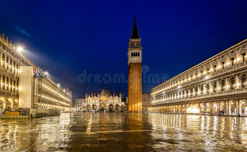 圣马克的广场在晚上充斥与反射在威尼斯,意大利 免版税库存图片