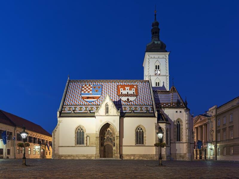 圣马克的教会在黄昏的萨格勒布,克罗地亚 库存照片