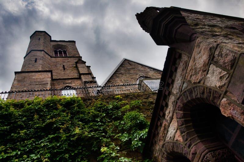 圣马克的&约翰的主教制度的教会,位于吉姆・索普,宾夕法尼亚,当黑暗的云彩隐约地出现在头顶上 免版税图库摄影