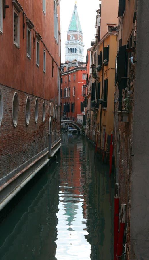圣马克钟楼在威尼斯意大利和水路 库存图片