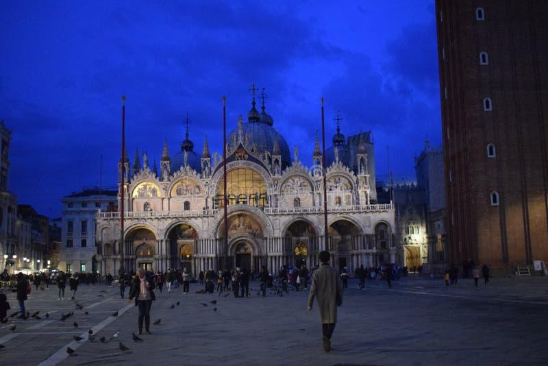 圣马克` s大教堂在威尼斯在晚上 库存照片