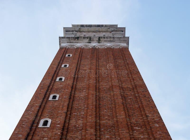 圣马克` s大教堂钟楼在威尼斯,意大利 Campanile di圣Marco用意大利语 从下面拍摄沿墙壁 库存照片