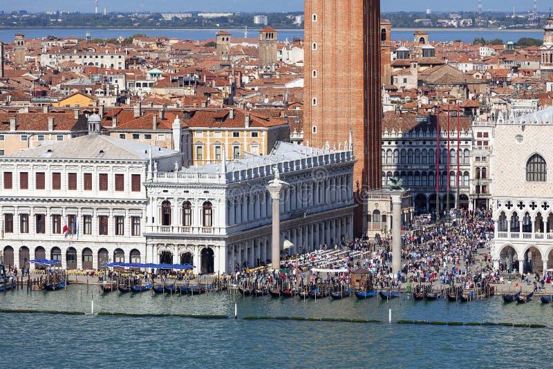 圣马克` s正方形圣马可广场, Piazzetta,游人人群,威尼斯,意大利 免版税库存照片