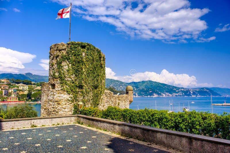 圣马尔盖里塔利古雷城堡-热那亚共和国旗子 库存图片