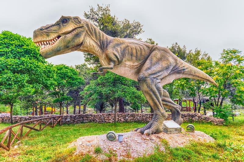 暴龙在一个迪诺公园里面的雷克斯恐龙在意大利南部 免版税库存照片