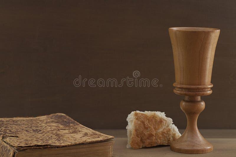 圣经、面包和杯 免版税库存图片