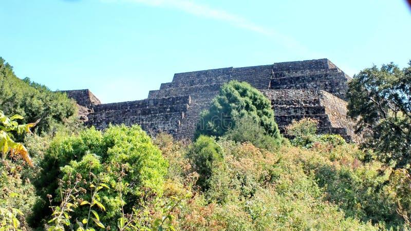 圣费利佩los Alzati, Zitacuaro,墨西哥金字塔废墟  免版税库存照片