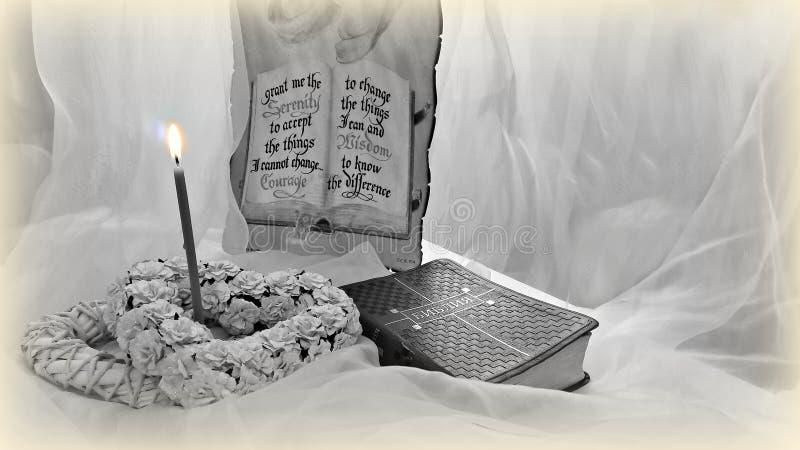 圣经和一个灼烧的蜡烛与装饰元素 库存图片