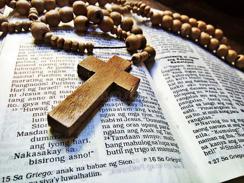 圣经和念珠 免版税图库摄影