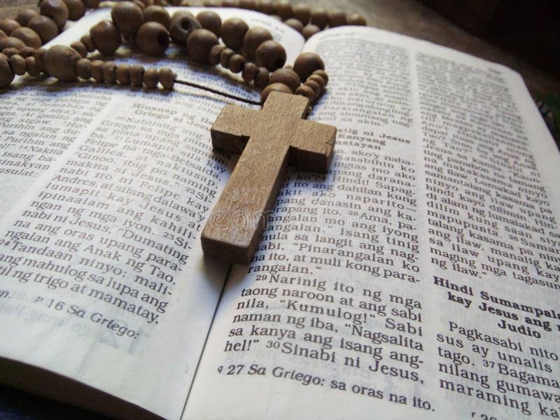 圣经和念珠2 库存照片