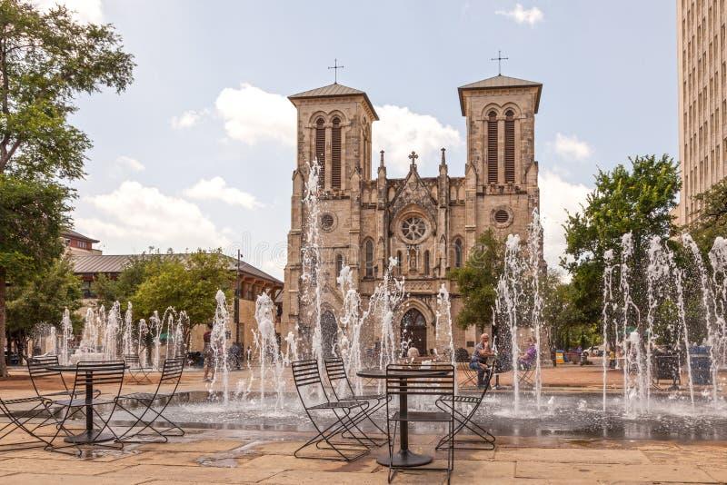 圣费尔南多大教堂和喷泉在圣安东尼奥, Tx 库存图片