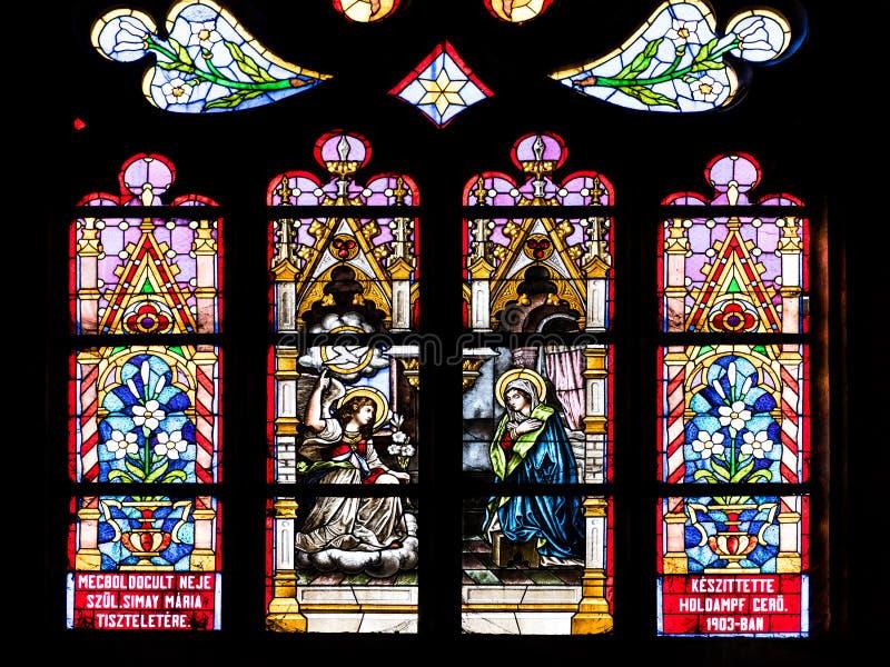 圣经的在圣迈克尔里面哥特式罗马天主教堂的场面彩色玻璃  库存照片