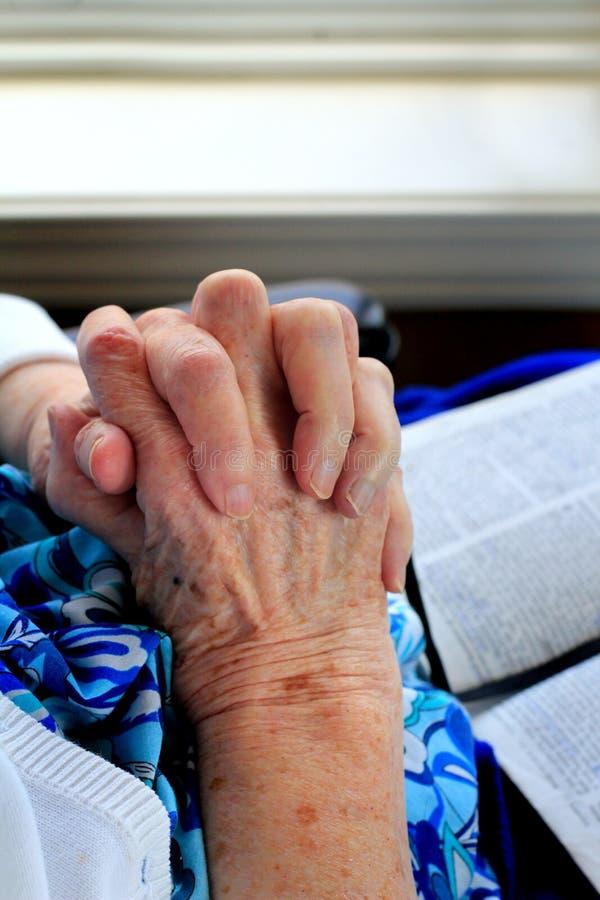 圣洁的手和圣经 免版税库存照片