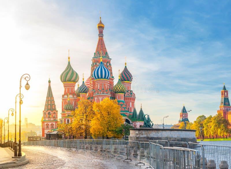 圣Basil& x27美丽的景色;红场的s大教堂在莫斯科在一个明亮的秋天早晨 最美好的视域  免版税库存图片