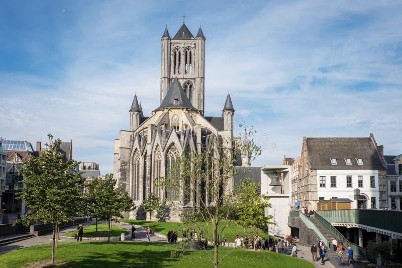 从圣Bavo广场看见的圣尼古拉斯教会 免版税图库摄影